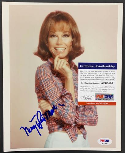 Mary Tyler Moore Signed Photo PSA/DNA 8x10 Autograph Dick Van Dyke Cute Pose
