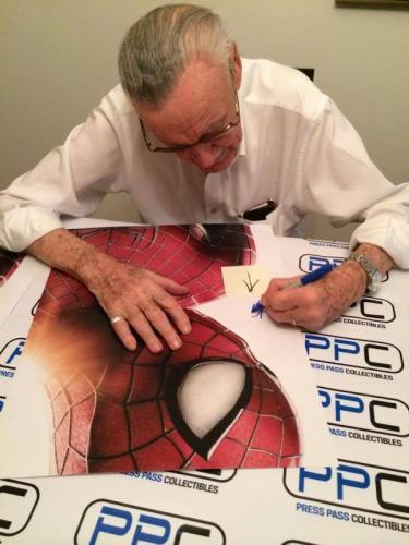 Stan Lee Signed Spider-Man 16X20 Photo Marvel Comics & PSA/DNA #V86926