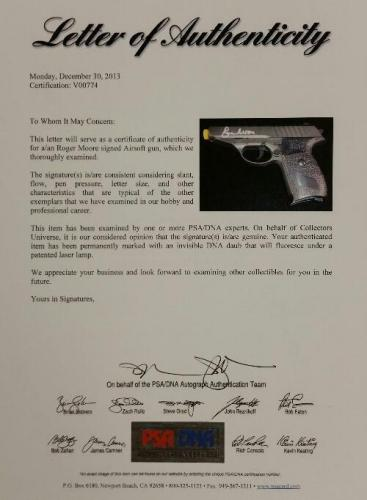 ROGER MOORE Signed JAMES BOND 007 model Airsoft Gun Autograph PSA/DNA COA Auto
