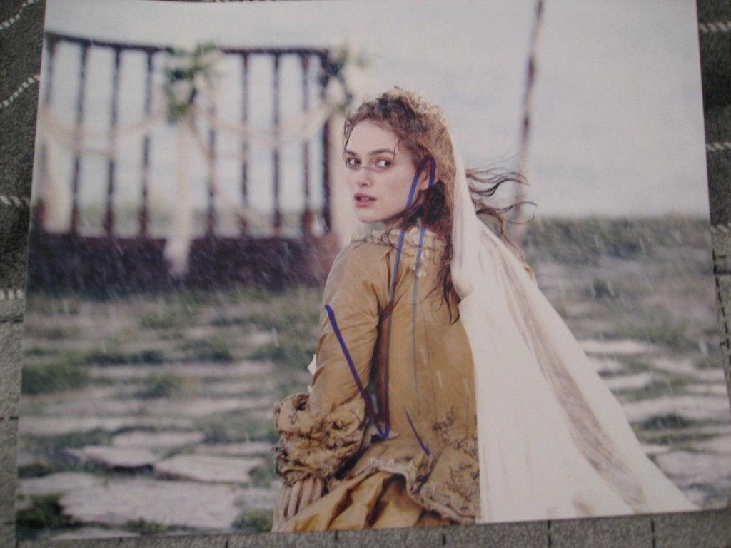KEIRA KNIGHTLEY SIGNED 8x10 PIRATES OF THE CARIBBEAN L