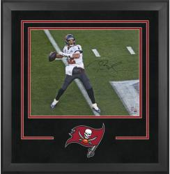 Tampa Bay Buccaneers Deluxe 16'' x 20'' Horizontal Photograph Frame with Team Logo - Mounted Memories