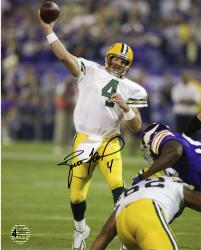 Brett Favre Green Bay Packers Autographed 8'' x 10'' TD Pass vs. Minnesota Vikings Photograph - Mounted Memories