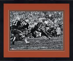 Framed Jim Brown Cleveland Browns Autographed 16'' x 20'' Horizontal in Mud Photograph