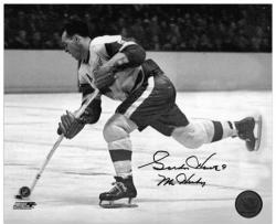 Detroit Red Wings Gordie Howe Autographed 8'' x 10'' B& W Horizontal Shooting Puck Photograph - Mounted Memories