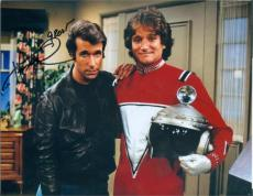 Henry Winkler autographed 8x10 Photo (Fonzie Happy Days) Image #SC8 pictured with Mork Robin Williams