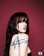 Juliette Lewis Signed 8X10 Photo Autograph Sexy Over the Shoulder GV555441