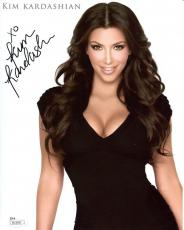 KIM KARDASHIAN HAND SIGNED 8x10 COLOR PHOTO      VERY SEXY CLEAVAGE        JSA