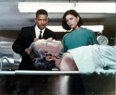 Linda Fiorentino and Will Smith 8x10 photo (Men in Black) Image #1