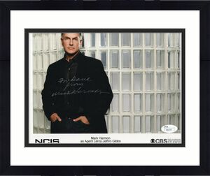 MARK HARMON HAND SIGNED 8x10 COLOR PHOTO    GREAT NCIS POSE     TO DAVID     JSA