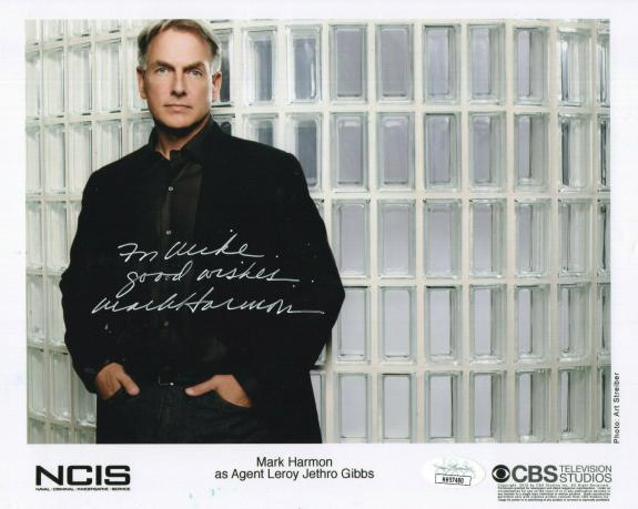 MARK HARMON HAND SIGNED 8x10 COLOR PHOTO     GREAT NCIS POSE     TO MIKE     JSA