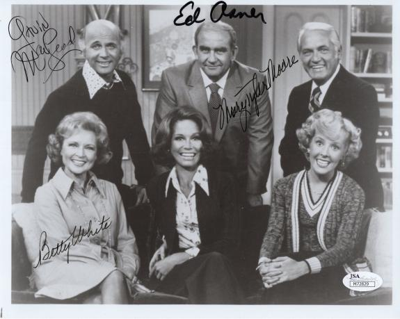 MARY TYLER MOORE SIGNED 8x10 CAST PHOTO     MTM+BETTY WHITE+ASNER+MACLEOD   JSA