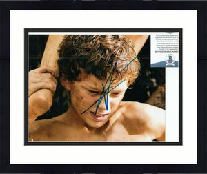 TOM HOLLAND signed (THE IMPOSSIBLE) Movie 8x10 *Lucas* photo BECKETT COA #2