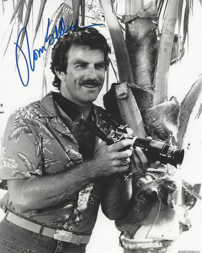 "TOM SELLECK as THOMAS MAGNUMon TV Series ""MAGNUM, P.I."" Signed 8x10 B/W Photo"