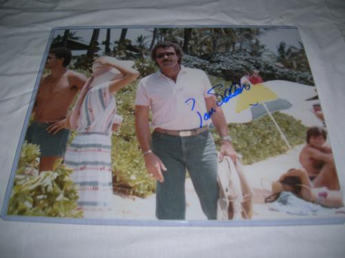 """TOM SELLECK (BEST KNOWN as THOMAS MAGNUM on """"MAGNUM P.I."""" Signed 14x11 Color Photo"""